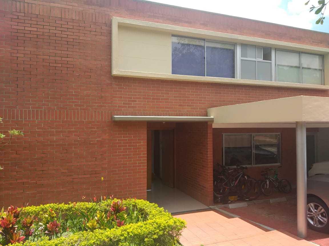 100612 - Venta Casa Envigado sector Montesory  de espacios muy comodos moderna